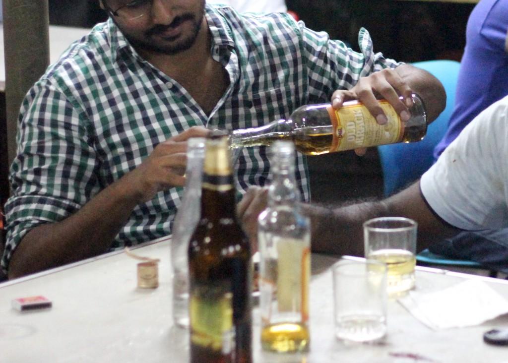 tipi4noe zastolje s arakom i pivom