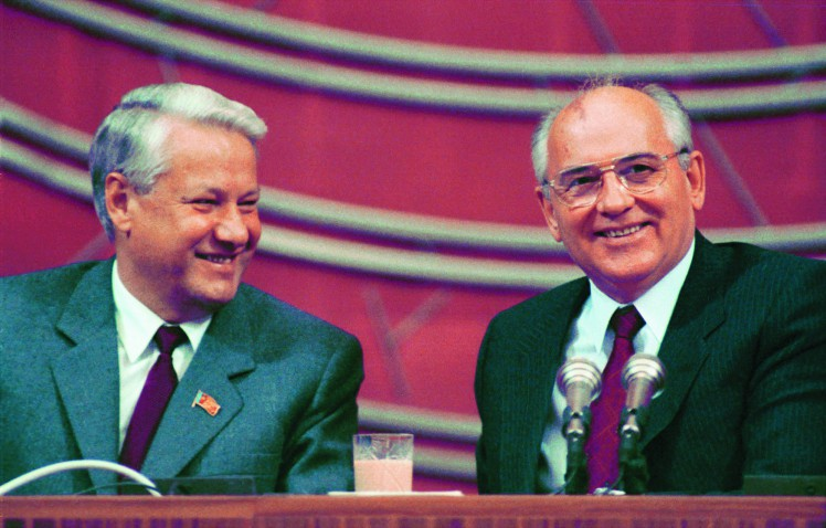 MOSCOW, USSR. Soviet leader, General Secretary of the Communist Party of the Soviet Union, Mikhail Gorbachev (R), and RSFSR Supreme Soviet chairman Boris Yeltsin chair conference for RSFSR division of the CPSU at the Congress Palace in Moscow's Kremlin in 1990. (TASS file image / Vladimir Zavyalov) –ú–æ—Å–∫–≤–∞. –í –ö—Ä–µ–º–ª–µ–≤—Å–∫–æ–º –î–≤–æ—Ä—Ü–µ —Å—ä–µ–∑–¥–æ–≤ –æ—Ç–∫—Ä—ã–ª–∞—Å—å –†–æ—Å—Å–∏–π—Å–∫–∞—è –ø–∞—Ä—Ç–∏–π–Ω–∞—è –∫–æ–Ω—Ñ–µ—Ä–µ–Ω—Ü–∏—è. –ù–∞ —Å–Ω–∏–º–∫–µ: –ú.–°.–ì–æ—Ä–±–∞—á–µ–≤ –∏ –ë.–ù.–ï–ª—å—Ü–∏–Ω –≤ –ø—Ä–µ–∑–∏–¥–∏—É–º–µ –ø–∞—Ä—Ç–∫–æ–Ω—Ñ–µ—Ä–µ–Ω—Ü–∏–∏. –§–æ—Ç–æ –í–ª–∞–¥–∏–º–∏—Ä–∞ –ó–∞–≤—å—è–ª–æ–≤–∞ /–§–æ—Ç–æ—Ö—Ä–æ–Ω–∏–∫–∞ –¢–ê–°–°/.