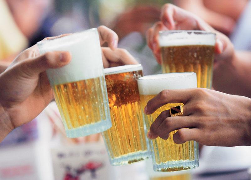 6 причин почему лучше пить с друзьями, чем в одиночестве?