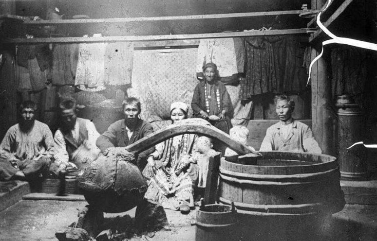 Приготовление национального напитка у бурят в юрте